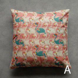 Vrolijk kussentje met flamingoprint. De hoesjes zijn aan één kant bedrukt, de andere kant is ecru kleurig. Exclusief vulling, deze is los te bestellen. Afmeting is 45x45 cm.