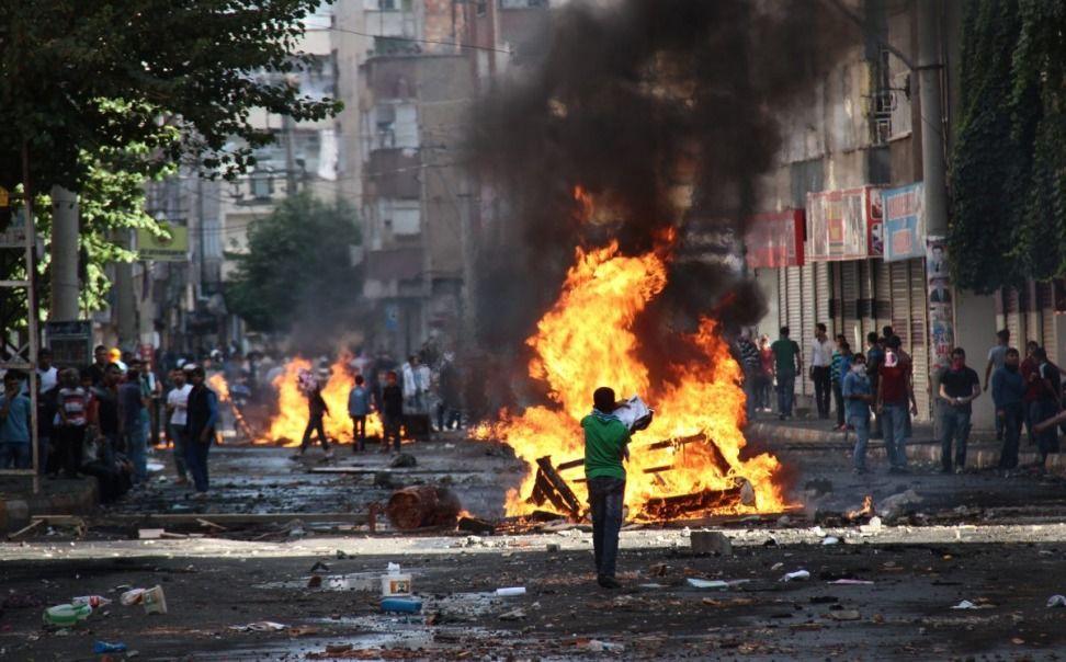Co najmniej 12 osób zginęło, a kilkadziesiąt zostało rannych podczas wtorkowych starć tureckiej policji z protestującymi przeciw ofensywie sił Państwa Islamskiego (IS) na kurdyjskie miasto Kobane na północy Syrii, przy granicy z Turcją - podały media tureckie. Poprzedni bilans mówił o co najmniej dziewięciu ofiarach śmiertelnych.