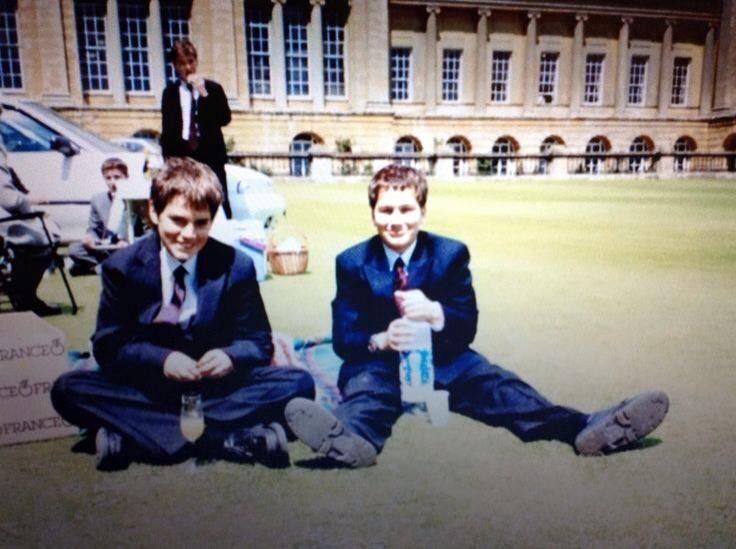 Henry e seu irmão Charlie no colégio interno!! #AlwaysHenryCavill