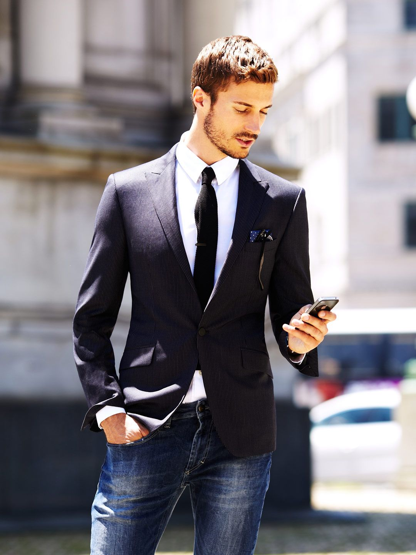 Traje Sport Camisa Blanca Corbata Negra Y Jean Azul Oscuro Man