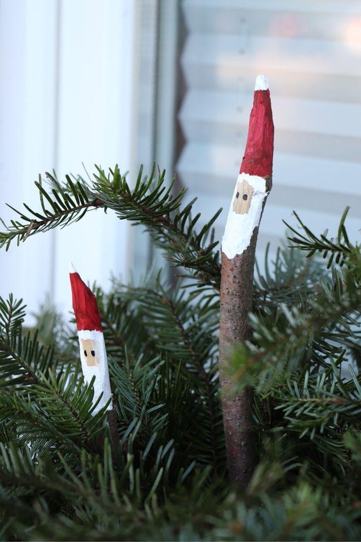 Auf in den Wald: Wir basteln Ast-Weihnachtsmänner