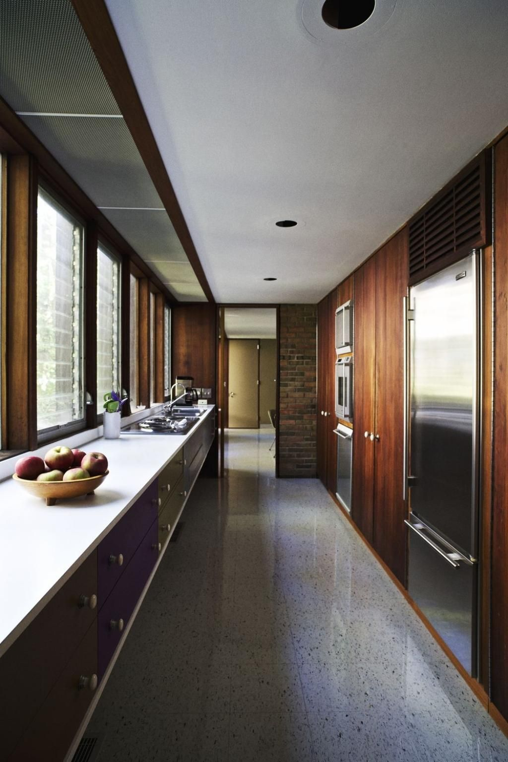 Une Vraie Aubaine Pour Une Maison De 1958 Et Attendez De Voir Les Meubles Modern Kitchen Design Mid Century Modern Kitchen Kitchen Remodel Design