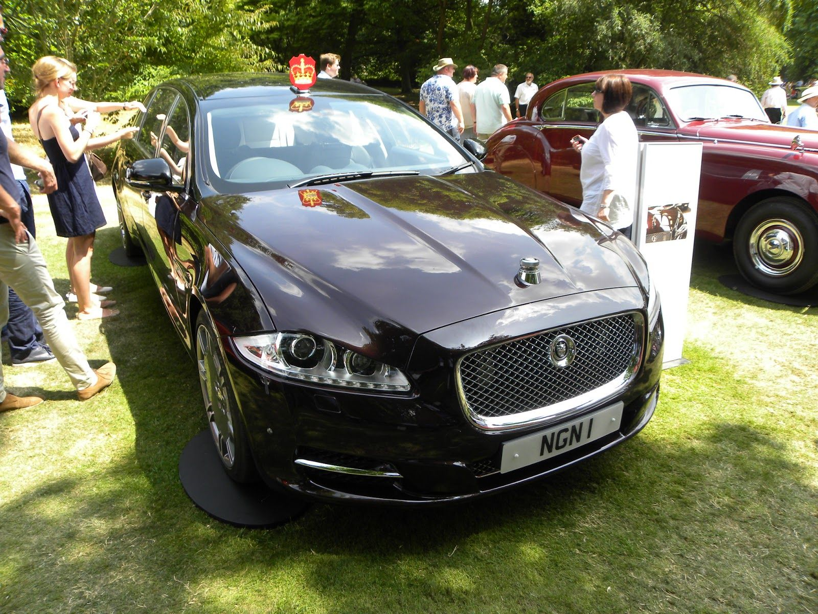 Representing The Present Was Another Royal Vehicle One Of Two Jaguar Xj Semi State Limousines Which Were Presented To The Queen Jaguar Xj Limousine Vehicles