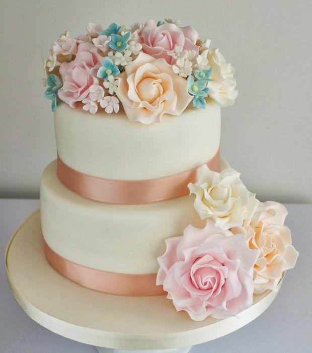 Hochzeit feiern Torte Zucker Blumen Rosen Satinband
