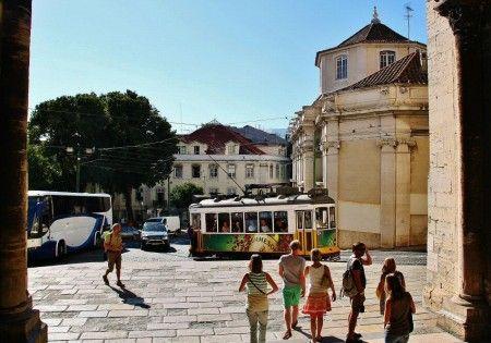 Salida de la catedral Sé de Lisboa