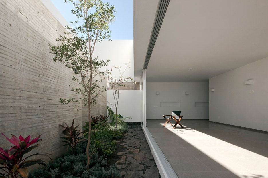 Abraham Cota Paredes Completes Introspective White House In 2020 Architecture City Residences Courtyard Garden