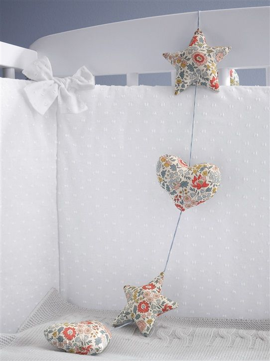 guirlande liberty cyrillus couture pinterest liberty fabric garland and garlands. Black Bedroom Furniture Sets. Home Design Ideas