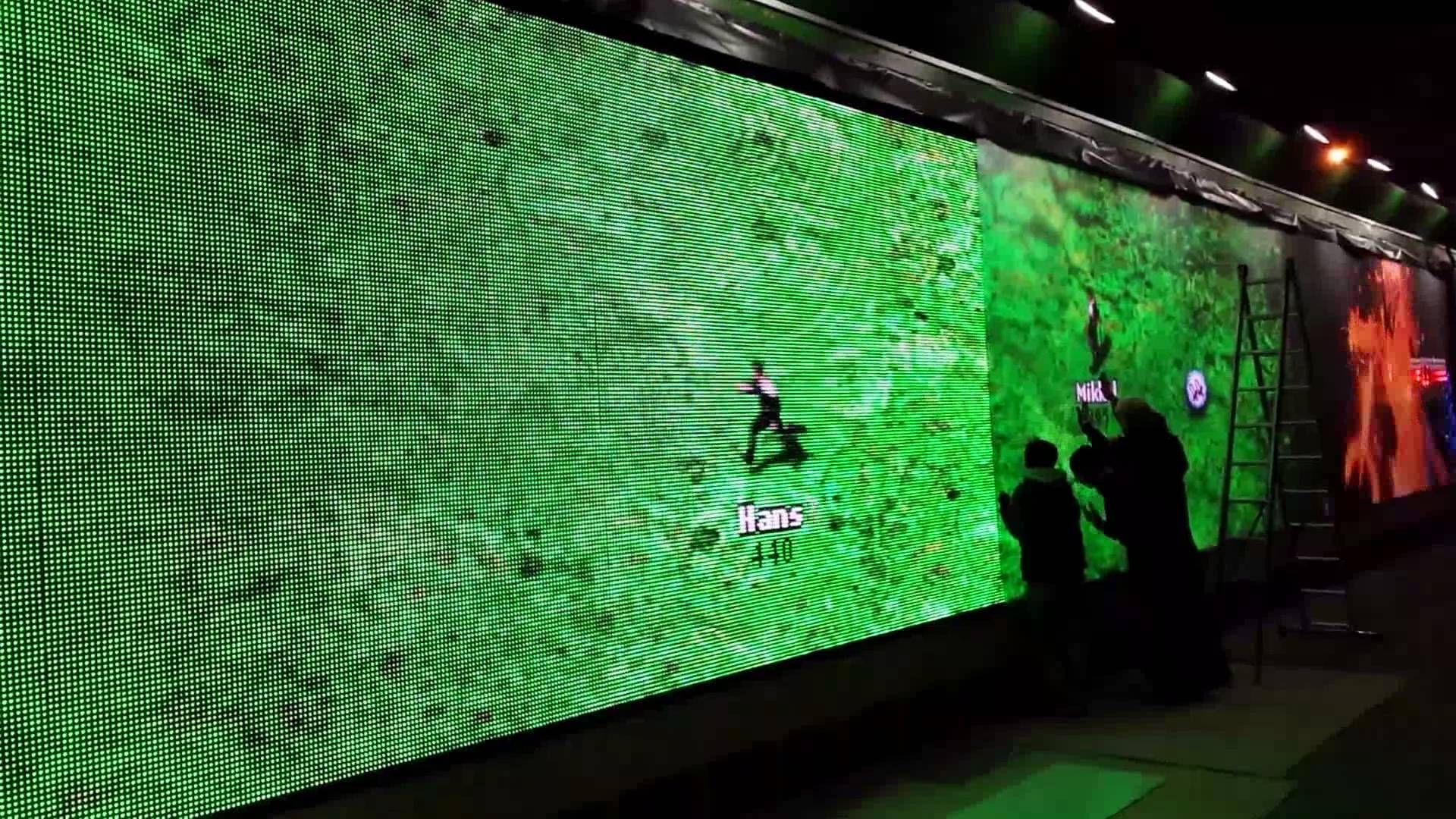Teknikkerne lægger sidste hånd på den 23 meter lange skærm på Rådhuspladsen og vi tester vores sidste nye second screen spil.
