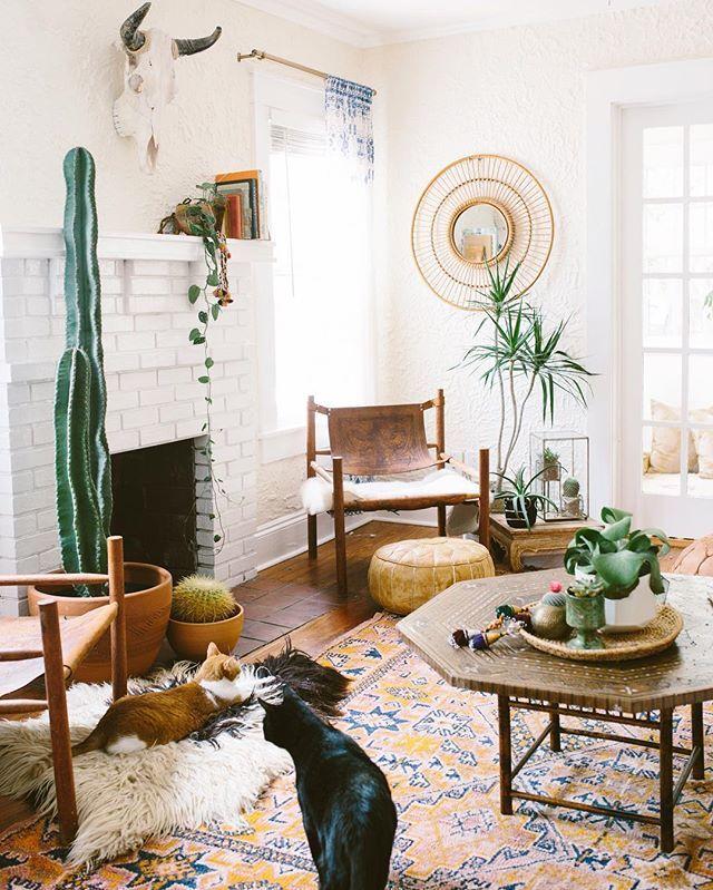 Wohnzimmer Im Boho Look Mit Exotischer Deko   Kelim Teppich, Ausgefallene  Holzmöbel Und Rattanspiegel Als