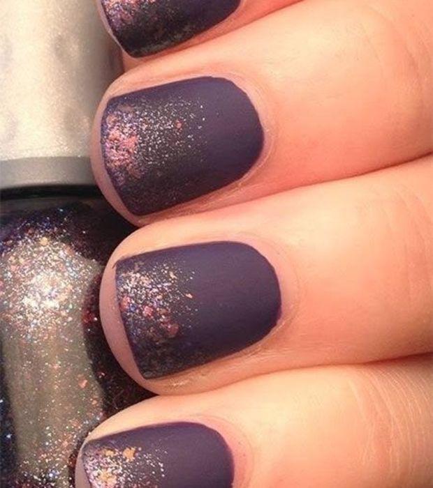 Esmalte de uñas mate en morado con purpurina | Nail | Pinterest ...