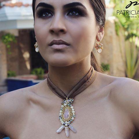 🔸🔶🔸PG🔸🔶🔸 Collar con cuarzos rosas, perlas y cristales🔸🔶🔸 #pg #joyeriaartesanal #hechoamano #handmadejewelry #cuarzos #manosmexicanas #goldplated #wire #sinaloa #mexico #mexicocreativo