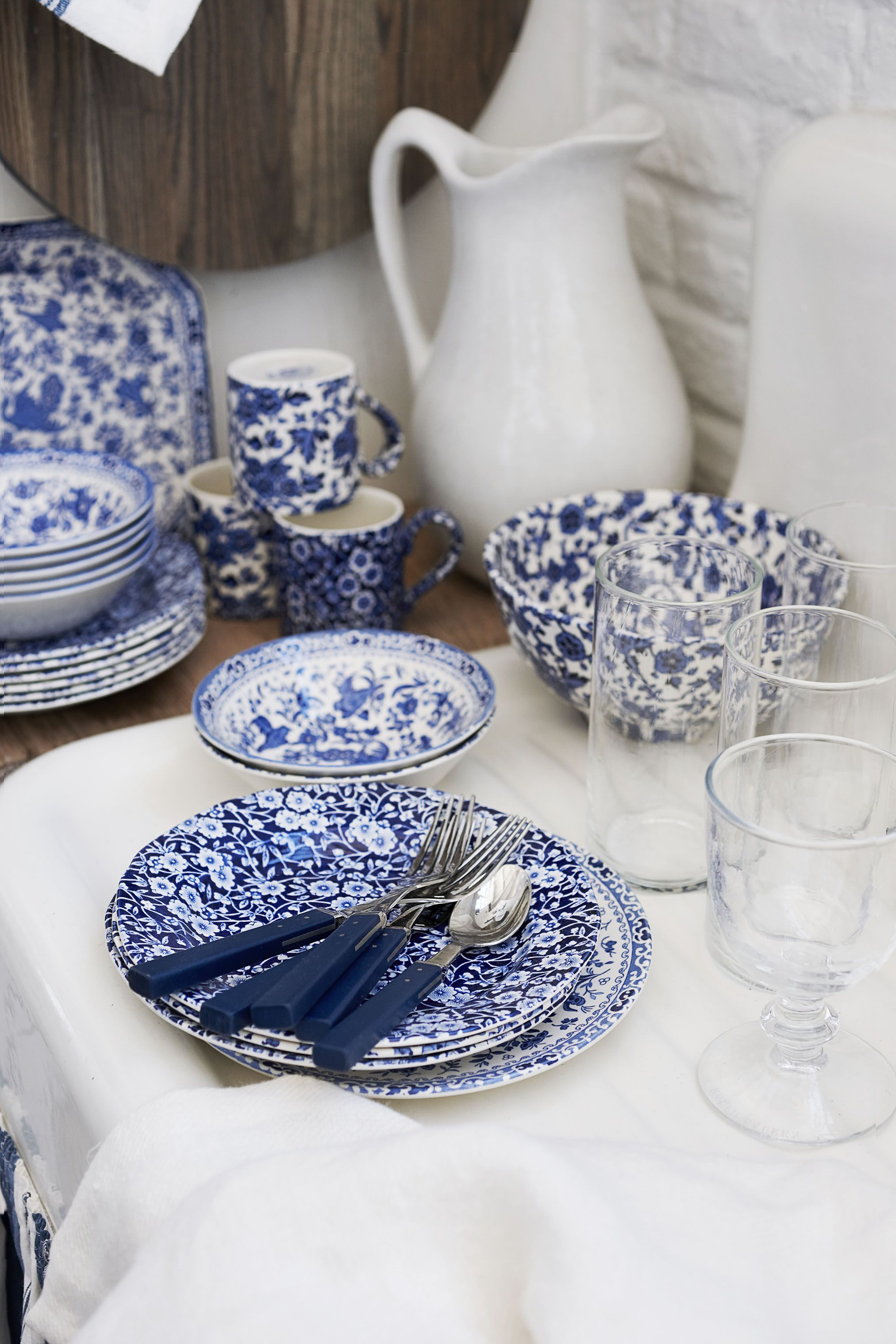 Mixing Blue And White Fl Tabletop