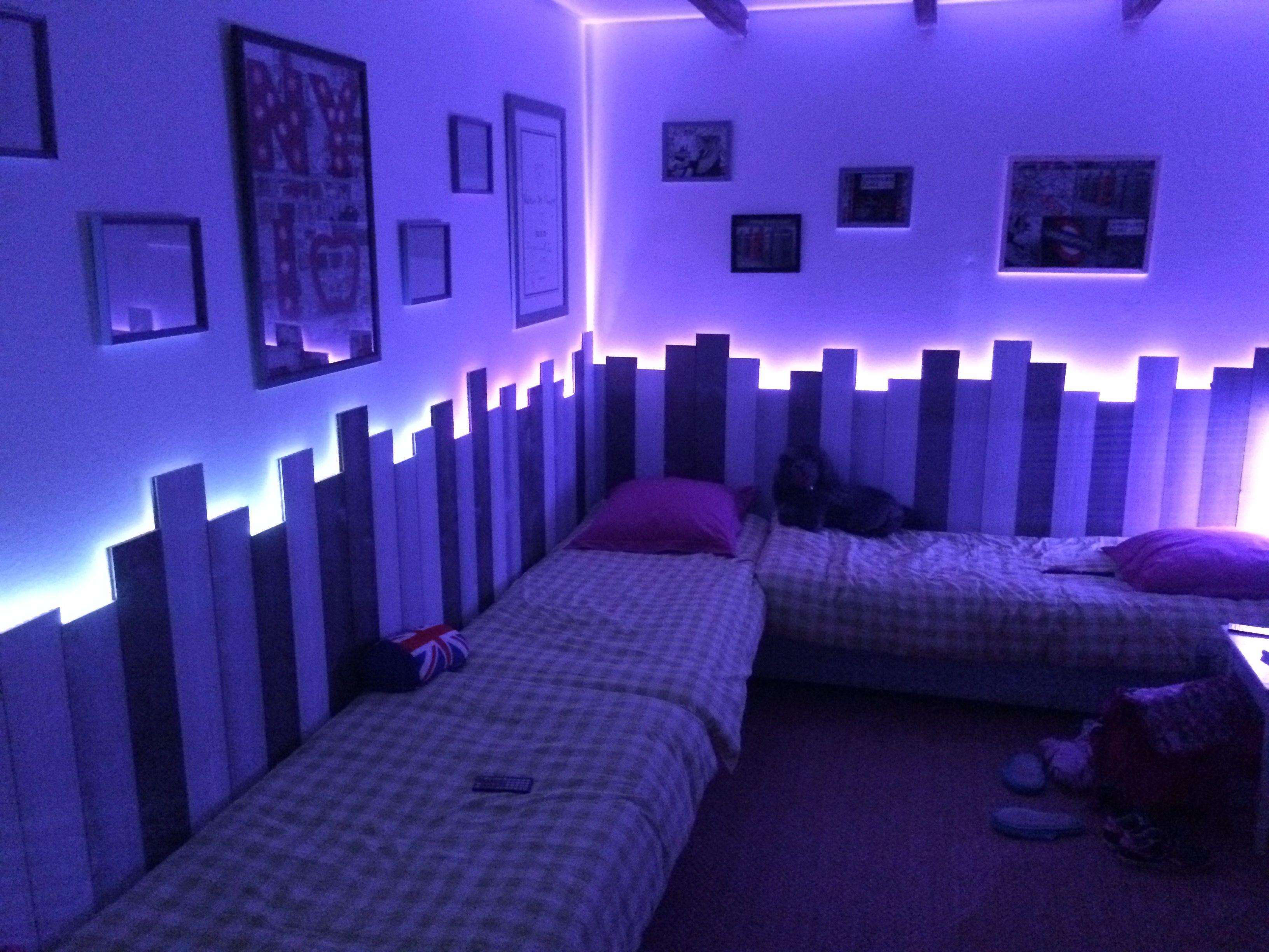 Chambre enfants Mélange lambris et éclairage led couleurs ...