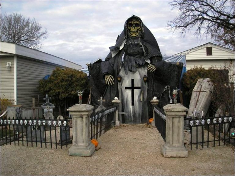 35 Best Ideas For Halloween Decorations Yard With 3 Easy Tips Halloween Yard Displays Halloween House Halloween Outdoor Decorations