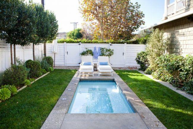 pool für kleinen garten rechteckig-rasen-chaiselonge-baeume - gartengestaltung mit kleinem pool