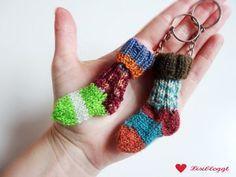 Anleitung: Mini-Socken Schlüsselanhänger stricken #glovesmadefromsocks