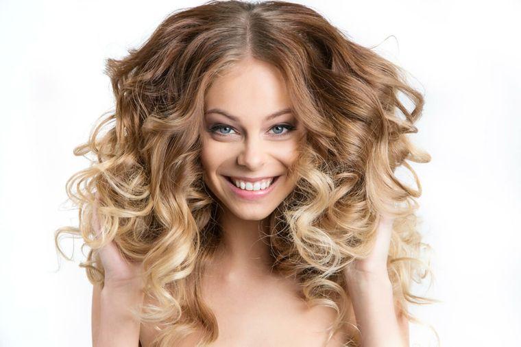 2e139c24b37e splendida ragazza sorridente con gli occhi azzurri e i capelli biondi