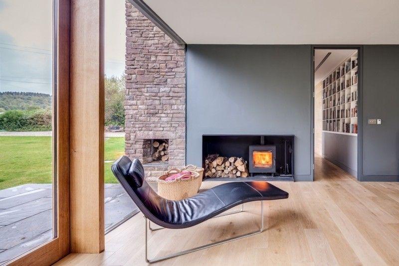 Lounge Und Liege Vor Dem Knisternden Kaminofen Im Wohnzimmer