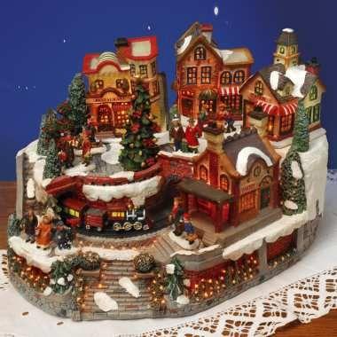 Schicke Miniatur Stadthäuser, detailliert gearbeitet mit vielen Geschäften, fahrendem Zug und Bewohnern. Toll beleuchtet.