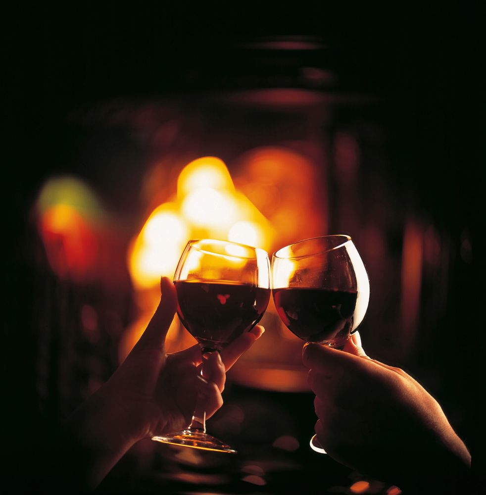 Date Night Ideal Spots To Enjoy A Romantic Evening In Melbourne Wine Romantic Things To Do Red Wine
