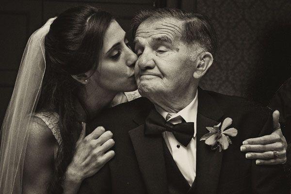 bride kissing grandpa aaawwwn... mis dos angelitos me van hacer tanta falta... (más de la que ya me hacen) ♥