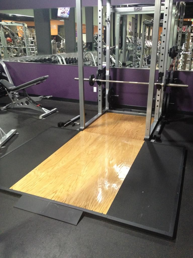 Dig the wall color rack adn deadlift platform