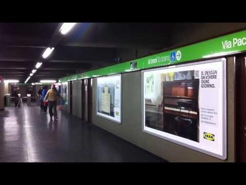 """Il design IKEA vive con la street art.  Le affissioni che pubblicizzano l'evento del Fuorisalone IKEA PS sono arricchite da poster-stencil che raffigurano persone vere, in modo da trasformare l'immagine di una stanza arredata con i mobili IKEA, in una stanza vissuta.  Gli adesivi sono realizzati dalla """"PREMIATA SERIOGRAFIA Milano"""" riprendendo lo stile degli street artist Banksy e Obey."""