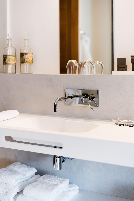 mur de salle de bains en béton ciré marius aurenti, villa guy | la