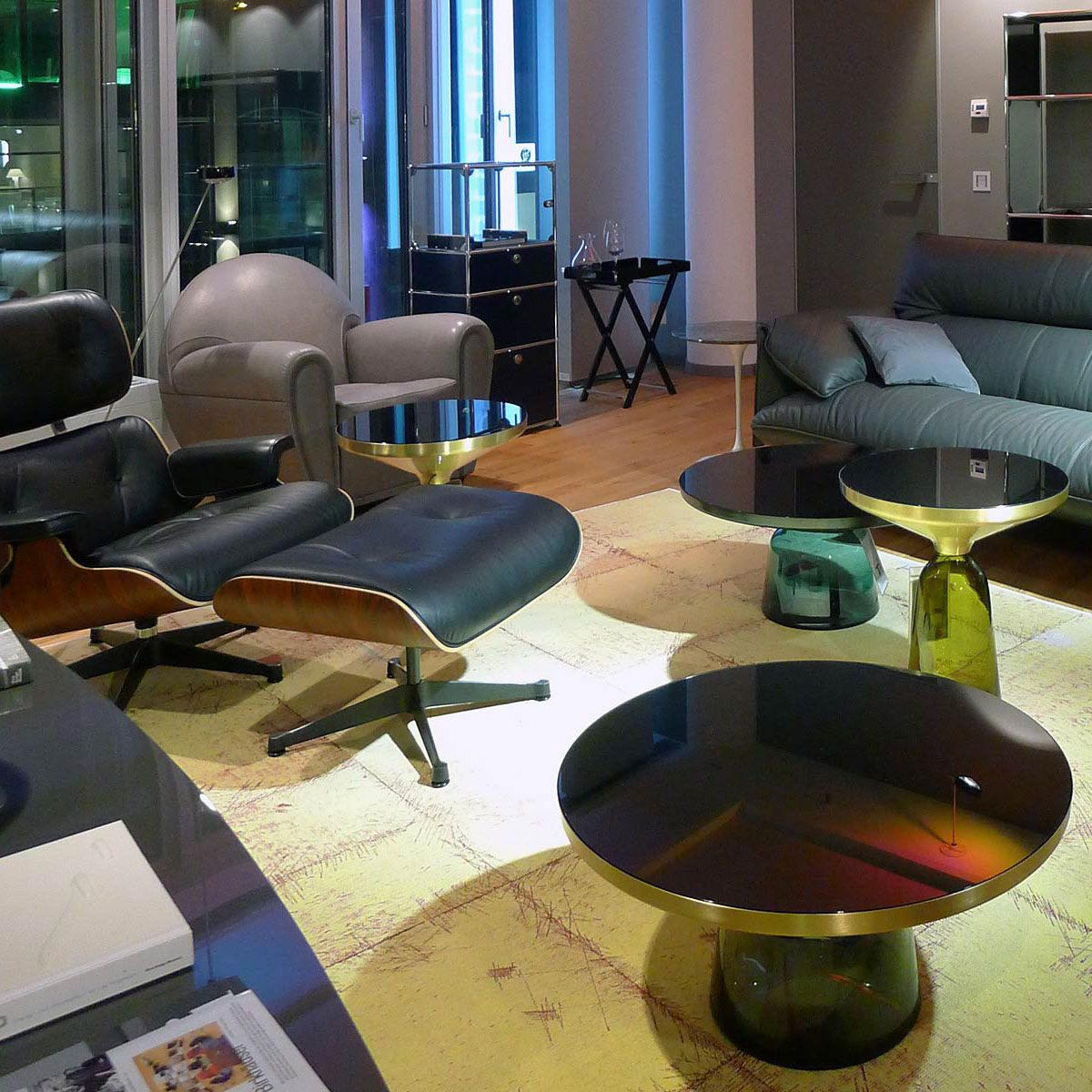 Vitra Lounge Chair Sessel mit Classicon Bell Table und Pöltens Frau ...