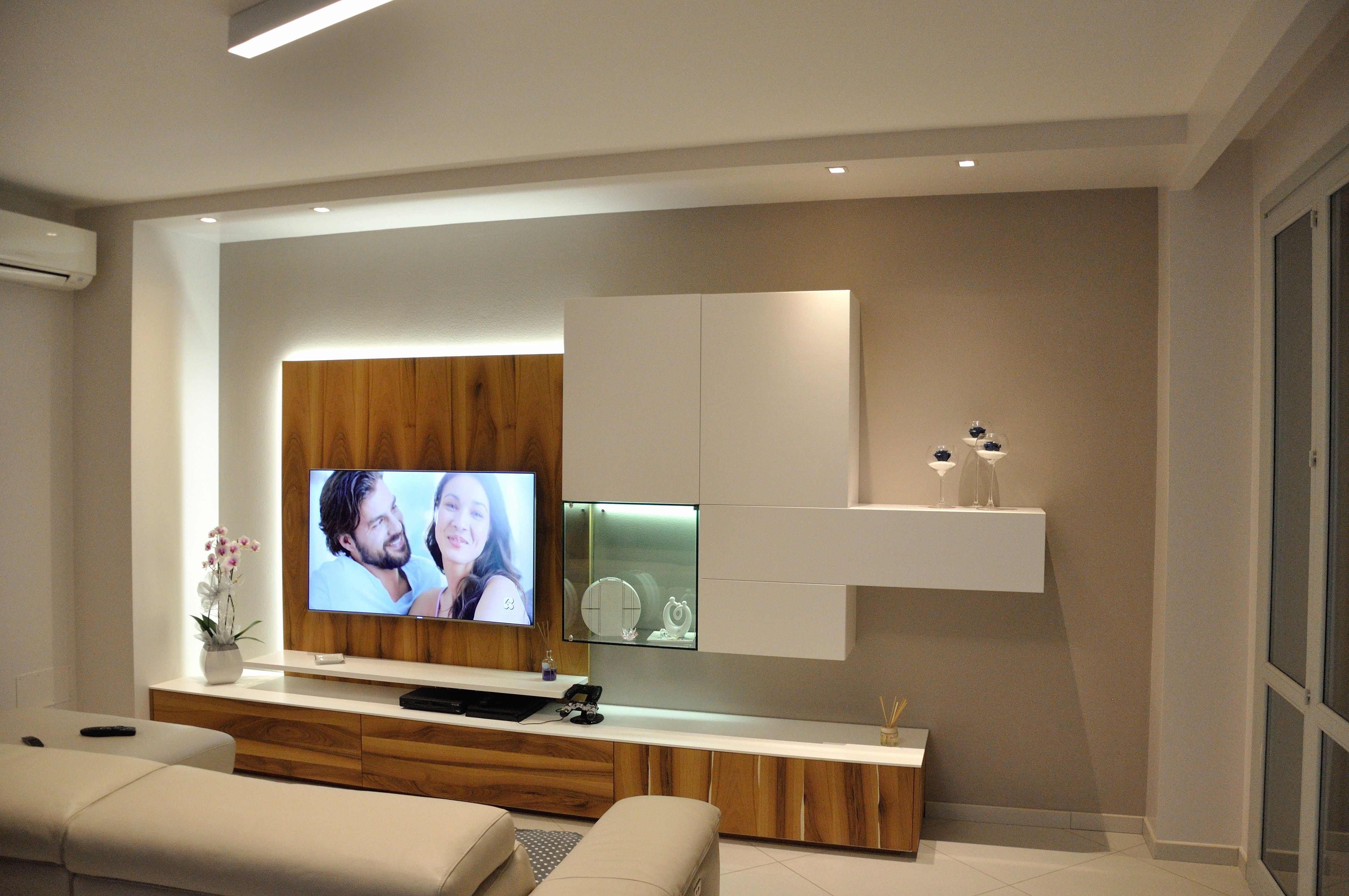 Arredamento parete attrezzata soggiorno in legno noce e for Mobile sala design