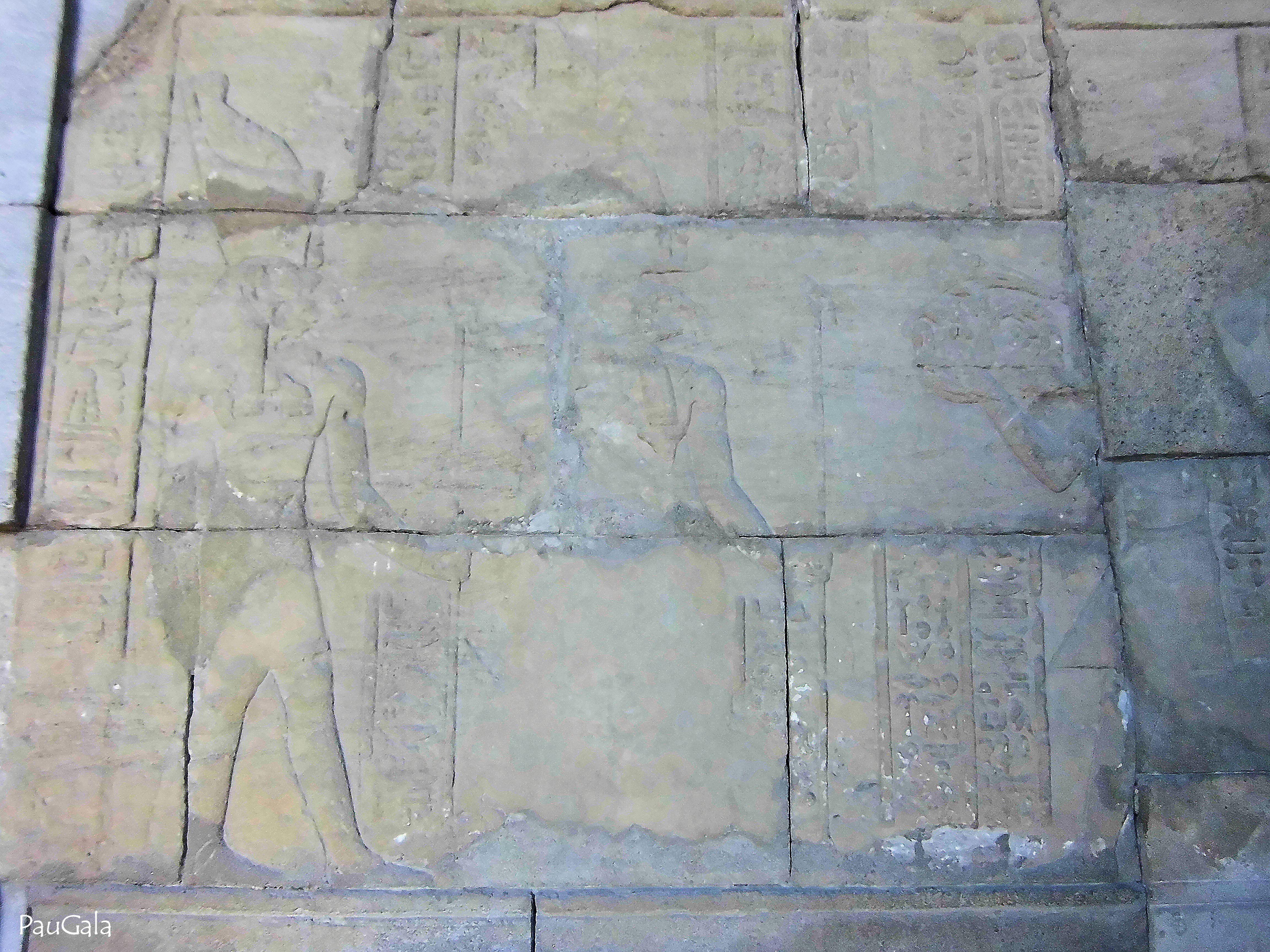 Relieve del Pronaos Después del 24 a.c. El emperador romano Octavio Augiusto en la derecha ofrece a los dioses Amón y Mahesa una bandeja con alimentos. Templo egipcio de Debot. Madrid