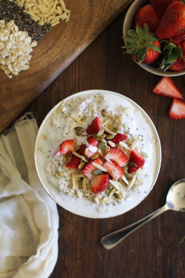 ストロベリーオートミールボウルのレシピ strawberry oatmeal breakfast bowls ストロベリーオートミールボウルのレシピです。 材料/4人分 ・オートミール…480cc ・チアシード…大さじ2 ・ココナッツ…大さじ2 ・メープルシロップ…大さじ2 ・ココナッツミルク…400g ・アーモンドミルク…240cc ・バニラエッセンス…小さじ1 ・イチゴ ・アーモンド ・かぼちゃの種 作り方(コールド) 1.密閉可能な容器にオートミール、チアシード、ココナッツ、メープルシロップ、ココナッツミルク、アーモンドミルク、バニラエッセンスを入れ、フタをして一晩(6時間以上)冷蔵庫に入れます。 2.いちご、アーモンド、かぼちゃの種などをトッピングして出来上がり。 作り方(ホット) 1.鍋にオートミール、チアシード、ココナッツ、メープルシロップ、ココナッツミルク、アーモンドミルクを入れて中~強火にかけます。 2.沸騰したら弱火にし、水分が吸収されるまで時々かき混ぜながら15~20分煮込みます。…
