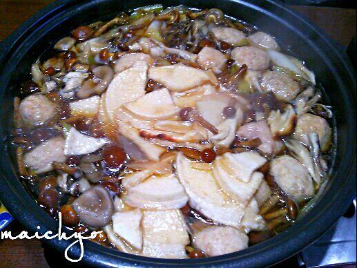 なめこ 舞茸 ヒラタケ ネギ 鶏団子のスープに せんべいを入れました。 せんべいは煮込むとフニャッとしてるけどアルデンテな食感がモッチリ美味しいです(*^▽^*) - 87件のもぐもぐ - キノコいっぱい せんべい汁 by maichyo