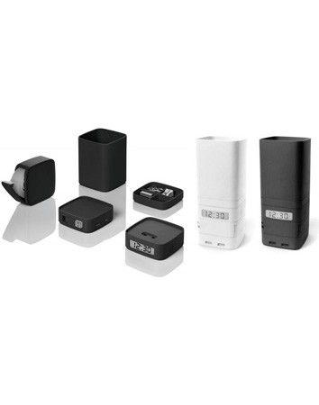 Un pratico set da scrivania per ufficio impilabile che comprende una tazza portapenne, un contenitore per le clip, un orologio, un distributore di nastro adesivo (nastro incluso) e un tappo con 4 prese USB. 2 batterie AAA incluse.