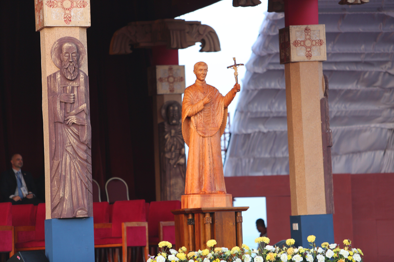 El Papa Francisco canonizó este miércoles al P. José Vaz, primer santo de Sri Lanka, quien es ejemplo de cómo se evangelizan las periferias, de obediencia a la Iglesia y de que el verdadero culto a Dios no lleva a la violencia, sino al respeto a la vida, la dignidad, la libertad y al compromiso de amor al prójimo.