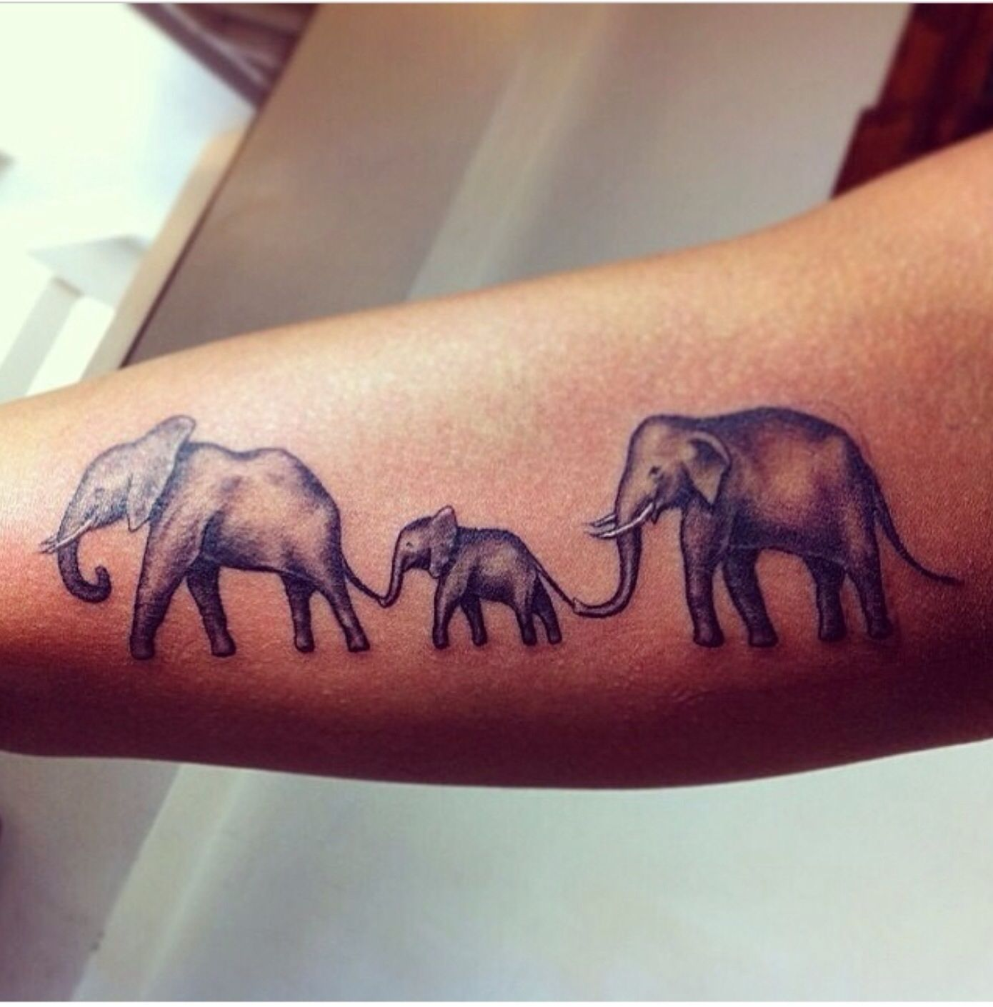 family of elephants such a cute tattoo tattoos 3 tatouage l phant r aliste tatouage. Black Bedroom Furniture Sets. Home Design Ideas