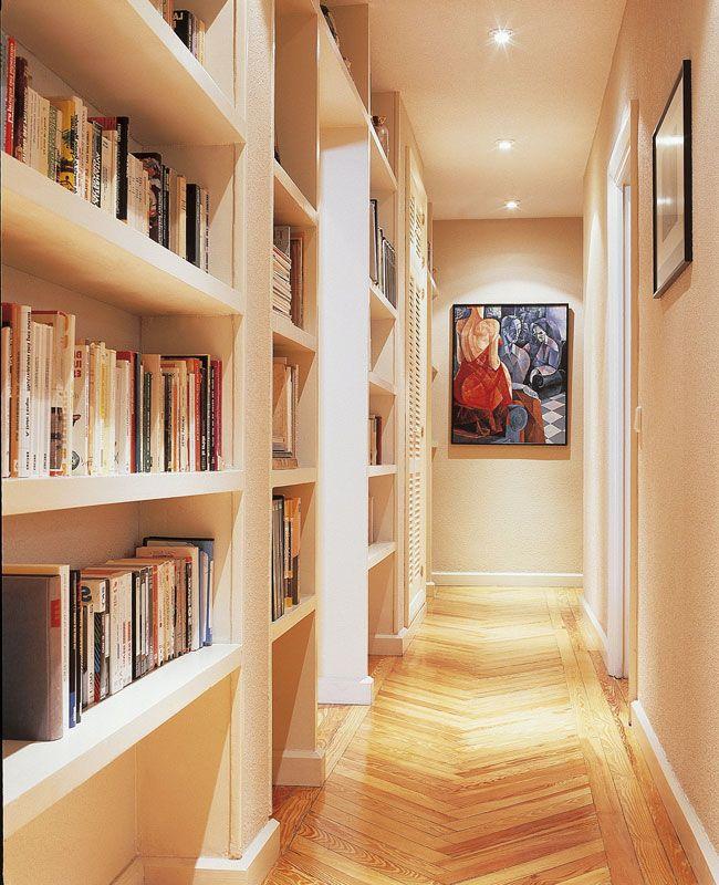 Pasillo con luces encedidas pasillos estrechos for Muebles para pasillos estrechos