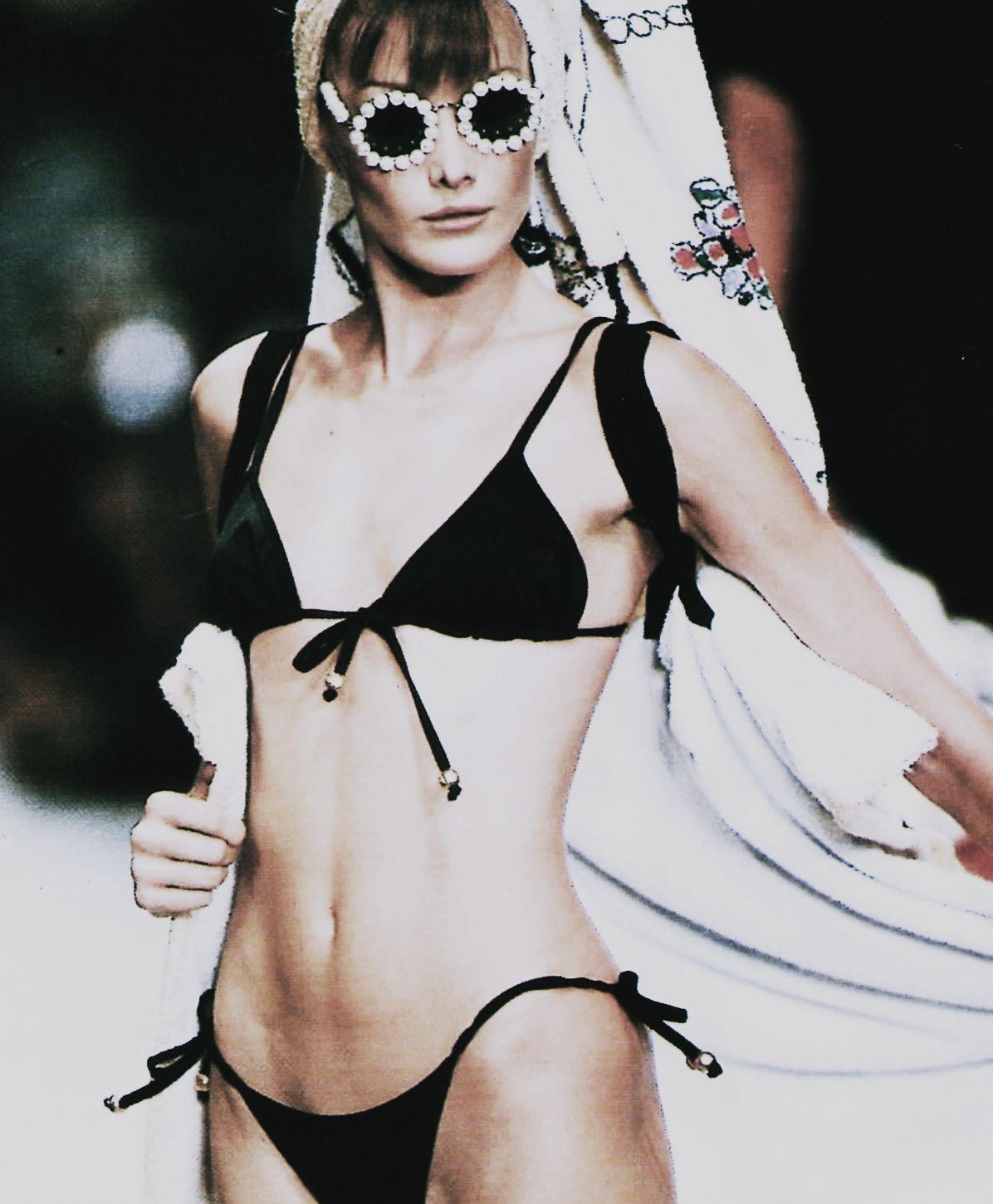 Carla Bruni Chanel F W 1994 Haute Couture Carre Anni 90