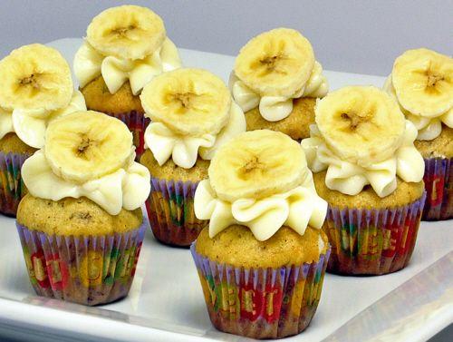 Cupcake de Banana: 40 ml de óleo de milho – 01 colher (chá) de essência de baunilha – 01 colher (chá) de canela em pó – 410 g de açúcar – 240 g de farinha de trigo – 03 ovos – 01 colher (sopa) de fermento em pó – 03 bananas nanicas grandes e maduras – 01 colher (sopa) de manteiga