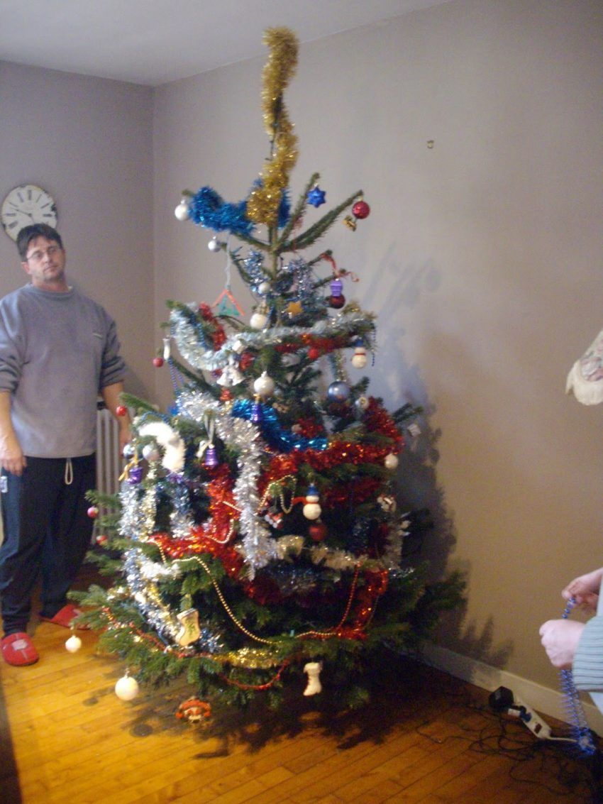 20 Hilarious Christmas Decorating Fails Christmas Humor Funny Christmas Tree Funny Pictures
