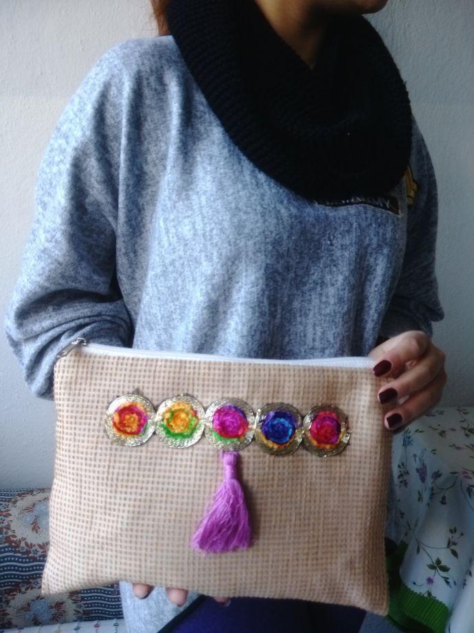 Clutch çanta Etnik renkli püsküllü clutch çanta özel tasarım olup sadece 1 adet dikilmiştir.30 cm.... 388983
