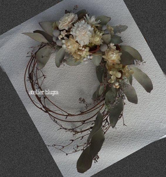 緩く編んだリースベースにユーカリポポラスを。使用している花材は、ユーカリ、桐の鞘、ヘリクリサムオフホワイト、アジサイドライ。直径約25cmほど。梱包は再利用の...|ハンドメイド、手作り、手仕事品の通販・販売・購入ならCreema。
