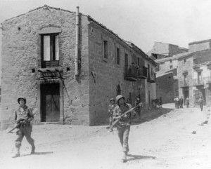 Soldats du 16e régiment d'infanterie se déplacent dans la ville de Troina ; Sicile, 1943
