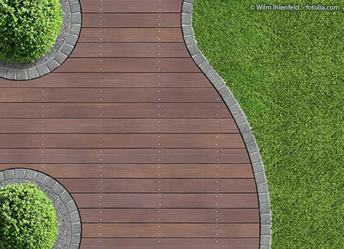 Gartenweg aus Holz    Garden paths serve primarily to connect two points. In addition to this practical aspect, however their artistic effect should not be underestimated: they divide the garden into different spaces and connect the house, patio, lawns and flower beds. They can also reach more remote garden corners on dry ground. Hardly any other design element complements the effect of plants as perfectly as the footpaths betwe... #auf #Füsse #Gartenhaus #gartenwege #gestalten #gutem #zum #hofideen