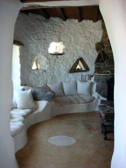 Encalado de piedras, mobiliario de adobe, vigas de madera ...