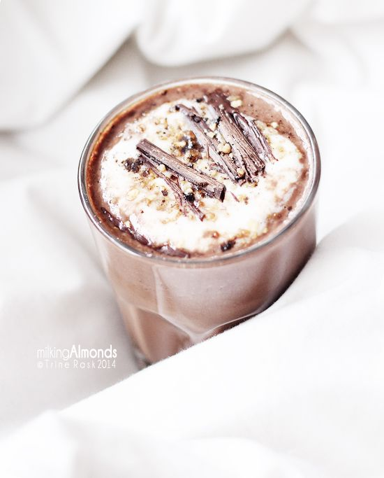 chocolat chaud au lait d 39 amande et cr me fouett e coco almond milk hot chocolate with whipped. Black Bedroom Furniture Sets. Home Design Ideas