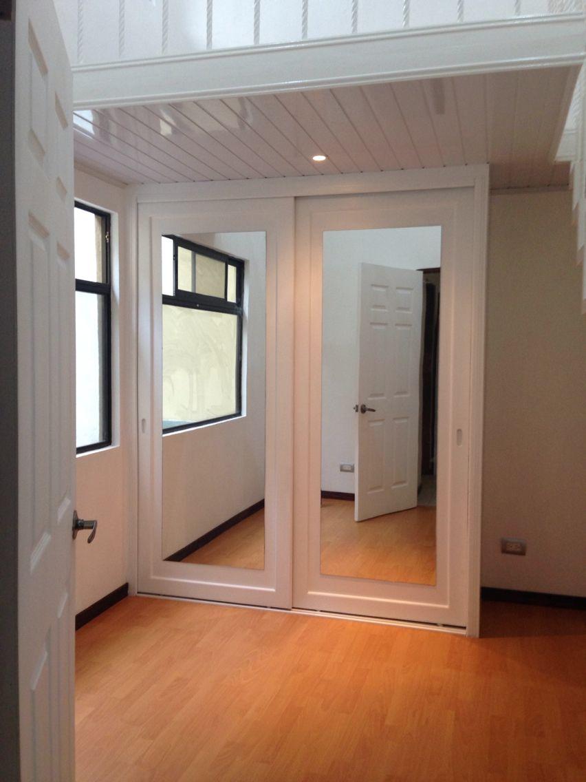 Mezanine con cl set de puertas corredizas closets for Modelos de puertas corredizas de madera