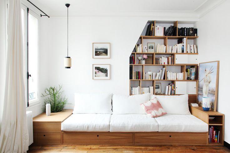 Idee Deco Une Estrade Pour Structurer Et Delimiter L Espace Une Hirondelle Dans Les Tiroirs Canape Fait Maison Canape Chambre Idee Deco