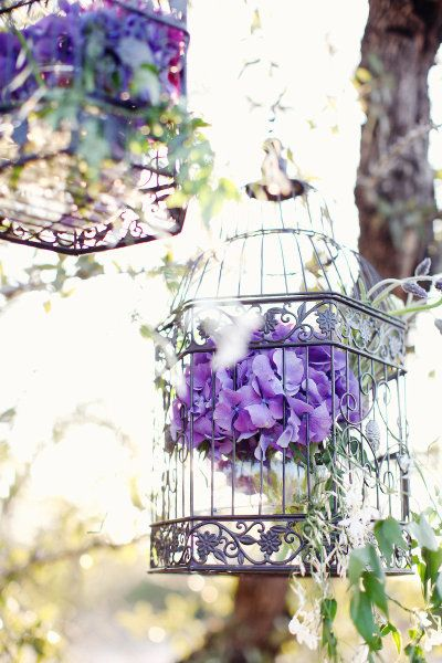 Adoro estas jaulas con flores de Style Me Pretty #bodas / I love these hanging birdcages with flowers #brides
