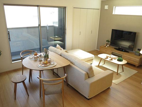 ソファの背面に半楕円形のダイニングテーブルを設置した事例 Small Apartment Interior Small Apartment Living Room Apartment Interior